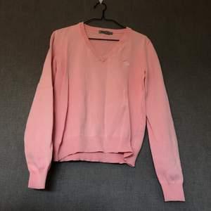 • Pullover/sweater i härlig rosa nyans! • Storlek: 3/M, relativt tajt passform • 100% bomull • Köpt 2hand, lite stel men i fint skick! Legat nerpackad en längre tid så upptvättning rekommenderas. • +Frakt: 57kr spårbart