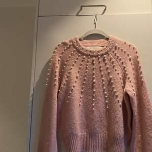 En super gullig tröja som är fin på middagar bla. Jag har inte fått så mycket användning för den så därför säljer jag den❤️
