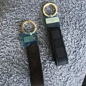 Louis Vuitton keychains i färgen svart och brun, är i helt nytt skick, kvar med plast! Finns flera, så vid köp av två eller mer blir det billigare!