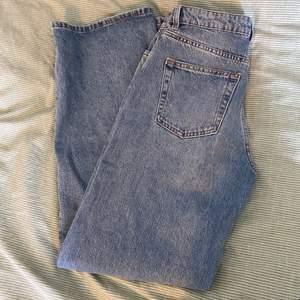 Så fina jeans från monki, modellen heter Yoko mid blue jeans. Bara använt ca 3 ggr så mycket bra skick, strl 28💖 skriv om du vill ha fler bilder/undrar något!