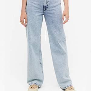 Säljer dessa ljus blåa jeans från monki. Bra skick. Köpt för 400kr. Säljer pga börjar bli för små vid låren. Privat för bilder på. Köparen står för frakt