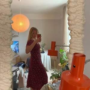 (Första bilden är lånad av @amandagerle) Säljer denna snygga Zara klänning pga att den tyvärr inte kommer till användning hos mig. Använd 2 gånger och tvättad en gång. Strl xl men passar mig som är en medium, har även sytt ihop vid bysten så urringningen blir något mindre :) går att justera tbx om man vill!