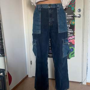 Super fina jeans ifrån urban outfitters!! Storlek W32 L32 passar typ 38-40 men kan även passa 36 med bälte och då sitter dom baggy!:) frakt 66kr