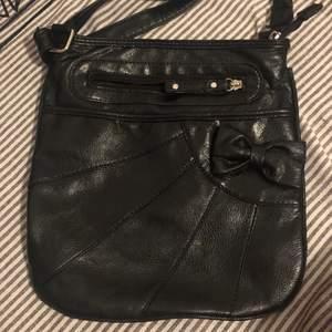 Kollar intresset på denna fina läder väska! Kontakta gärna vid intresse för mått och fler bilder