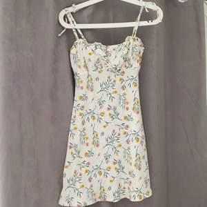 Hela klänningens längd är 77cm (från banden och ner) klänningen har blommigt mönster. Den har band som går att knyta. Så fin klänning som är i bra skick!! Den är köpt från hm divided och är i stolek xxs. Säljer kläningen för den är för liten. Klänningen är använd ett fåtal gånger. Priset för kläningen är 75kr