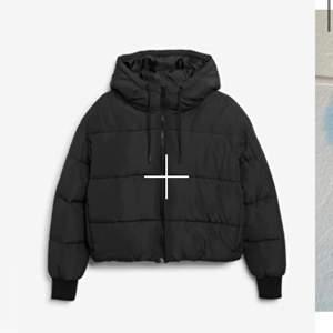 Säljer denna jacka (puffer jacket) från monki, den är helt slutsåld på hemsidan. Kom gärna med eget pris då jag vill sälja jackan så fort som möjligt!