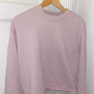 Säljer denna super söta sweatshirt från weekday, säljs pga har massor andra sweatshirts så behöver rensa ut lite🤍