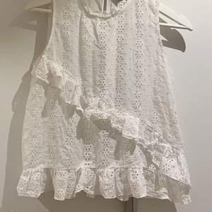 Ett vitt linne med volanger och så fina detaljer ifrån Zara! Storlek S men passar nog en xs också. Kontakta mig vid intresse/frågor eller något annat. Se mönstret tydligare på sista bilden :)