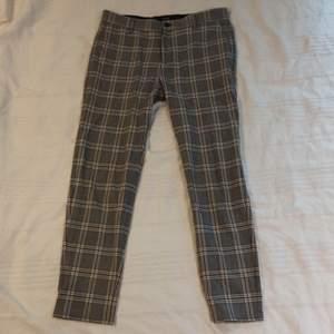 Grårutiga kostymbyxor från Bershka. Passar som Medium, sitter bra men något korta för mig som normalt har ungefär 31/33. Inköpta för ungefär 30€ för något år sedan men väldigt sparsamt använda, därav är de i väldigt bra skick. Se bild för storlek.