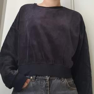 Jättemysig croppad sweatshirt från BikBok. Lite oklar färg men typ svart/skiftar till grått. Strl. M. Fint skick. Skriv om du har fler frågor :-)