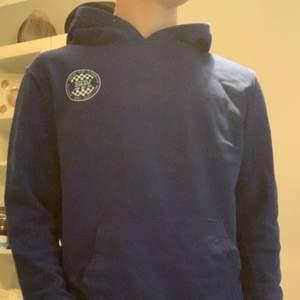 Blå hans hoodie med tryck på ryggen. Storlek xs. Skick 8/10