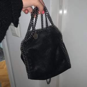 Super trendig väska ifrån Stella Mccartney i storleken TINY. Inga större tecken på användning, väskan är i väldigt bra skick. Skriv för fler bilder och info!! Nypris ca 5000kr.
