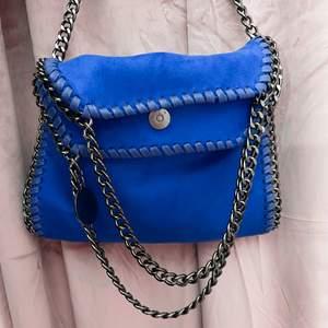 Säljer min Stella McCartney liknande väska, den är helt oanvänd. Stl medium, den är alltså inte jätteliten men inte heller jättestor. Buda i kommentarsfältet, avslutar budgivningen den 28/9💙 mått; 27*27*6, en dator får tex inte plats i väskan. Köp direkt för 766 kr inkl frakt!