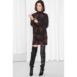 OTHER STORIES Rosebud svart tunika klänning i viskos Storlek 36 Fint skick och inget att anmärka på. Längd: 84cm 327kr inkl