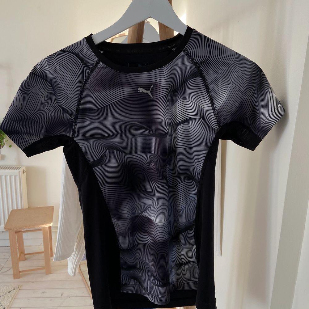 Träningstshirt från puma, storlek: 152 men passar xs. T-shirts.