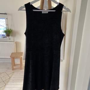 Svart klänning i sammets material