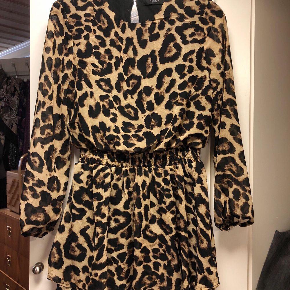 En jättefin leopardklänning från Sisters point i storlek S! . Klänningar.