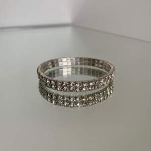 Oanvänt strassarmband med resor. Silverfärgat med stenar i glas. Frakt: 12 kr. Säljes då det inte kommit till användning :)