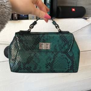Grön liten party väska från Gina tricot. Endast använd 2 gånger så den är i toppskick! Kommer med ett kortare och ett längre band.