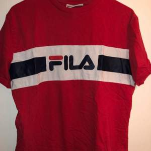 Röd tröja med tryck över bröstet, FILA. Uppvikta ärmar. Varit en av mina absoluta favoriter men är nu redo att låta någon annan älska den ❤️💙