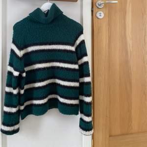 En snygg polo stickad tröja. Super super skönt och rätt oversized så skulle säga den passar allt från xs-l beroende på hur man vill att den ska sitta!