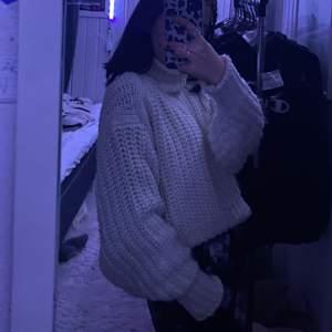 Jättefin vit stickad tröja med en polokrage som är hur mjuk som helst, men nästan aldrig använd då jag ej är så bekväm i den! Behöver ny ägare😇😇🦖💞✨