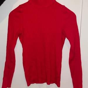 En röd polotröja från Ginatricot i bra skick. Storlek XS men passar även S!