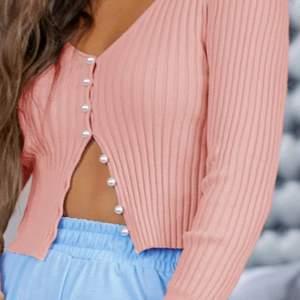 ❕LÅNAD BILD❕En jätte snygg kofta från shein som går att ha som vanligt tröja också. Aldrig använd, köpt i somras. Den är kortare i modellen🌟