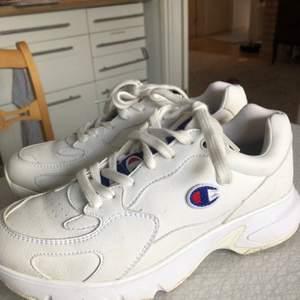 Sneakers från champion i storlek 39. Använt ett fåtal gånger så de är i fint skick. Nypris när jag köpte de var 900 kr. Frakt ingår i priset!