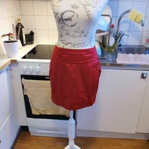Söt kjol i vinrött från Serious Sally i storlek medium.