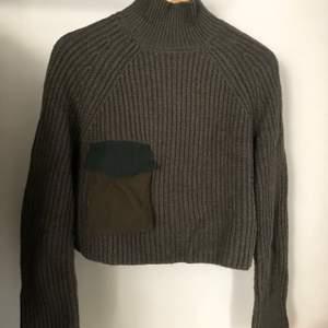 Kort stickad tröja med hög krage från Zara. Aldrig använd. Militärgrön till färgen. Möts i Sthlm eller skickad. Köparen står för frakt.