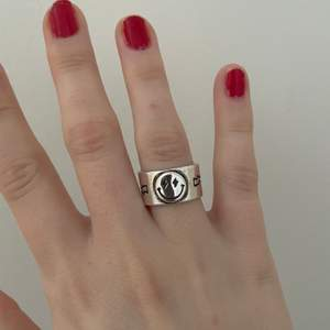"""säljer en helt oanvänd ring som jag köpte på zend details för ca en månad sen. Jag köpte den för 200kr o säljer den för 100kr. Den är jättefin men har bara inte kommit till användning. Justerbar storlek så den passar alla olika storlekar💕💕 """"dustbag"""" från zend details och frakt ingår!!!"""