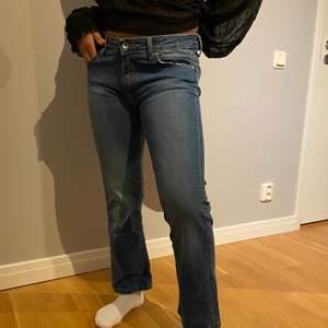 Jätte snygga från ett italienskt märke köpt på Raglady, lågmidjade jeans i storlek 27 som är S, märket heter fornarina, frakten står köparen för och budgivning ifall fler är intresserade
