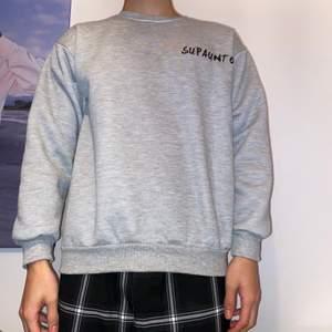 Är i storleken LARGE men eftersom det är ett sydkoreanskt märke så sitter den som i Medium/Small! Köpte denna från Yesstyle förra månaden och har använts en gång sedan dess!