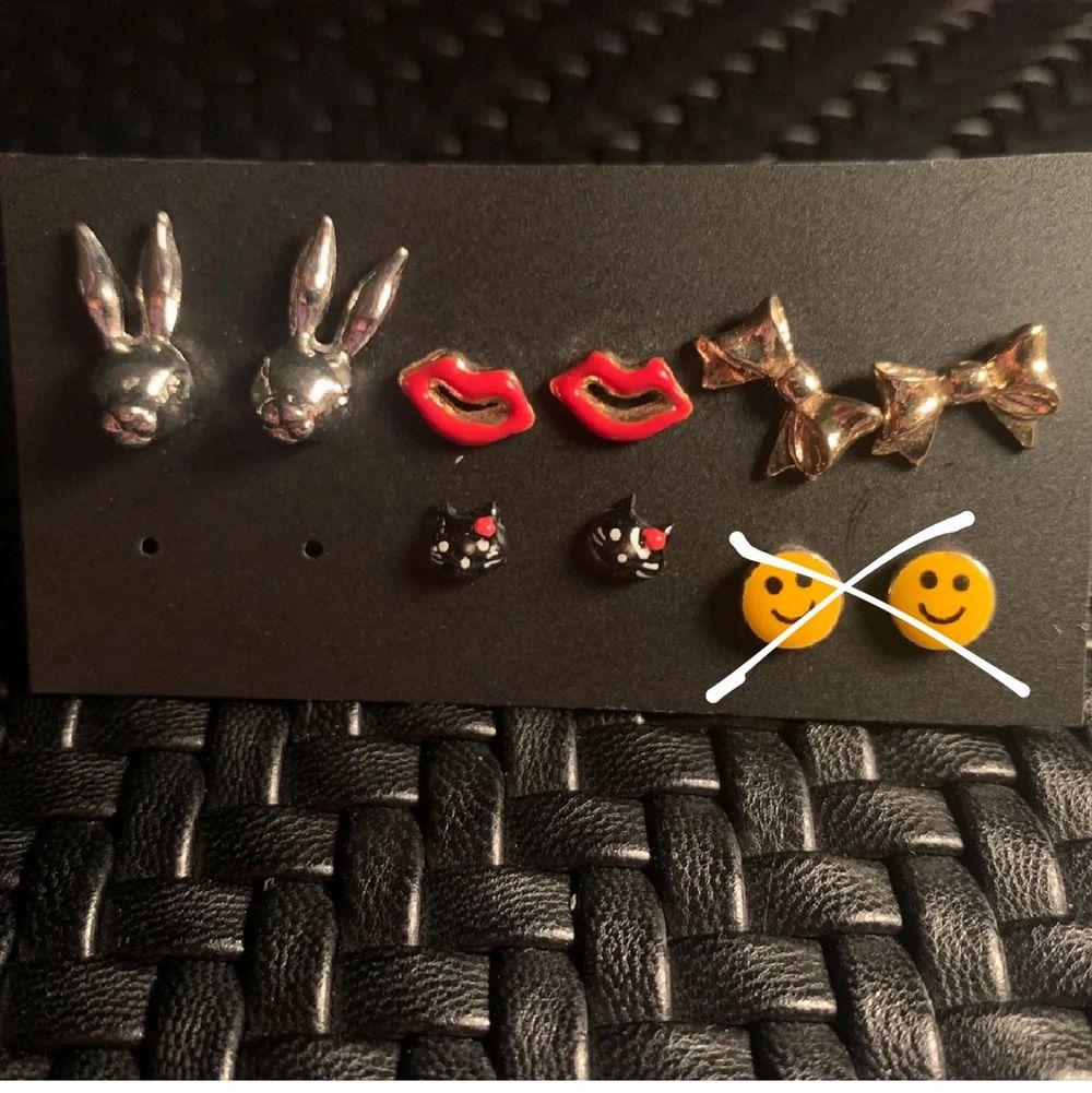 Oanvända örhängen, så söta ❣️ 25kr styck, de som inte är kryssade finns kvar!. Accessoarer.