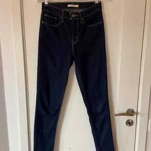 Säljer dessa skitsnygga Levi's jeansen som knappt är använda, längden är perfekt för mig (177 cm) men dom passar tyvärr inte. Modellen är skinny och det står är dom är high waist men jag tycker dom är midwaist, i alla fall för mig som är lång.