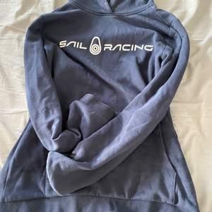 2 hoodies i marinblå, använda i BRA skick från märkena peak performance och sail racing. Frakt ingår. Köpta från kids brand store . Säljer i 2 pack därav priset
