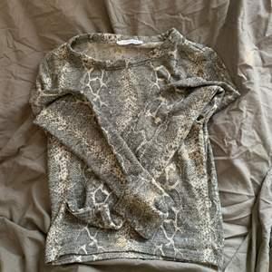 Säljer nu denna ormönstarde tröjan från zara i storlek s skriv om ni vill se den på