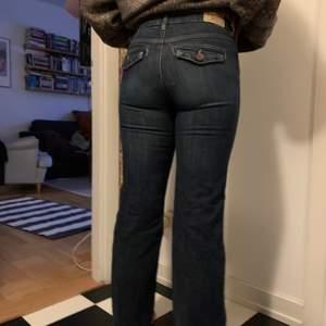 Coola utsvängda jeans med unik ficka, i storlek medium men liten i storleken så skulle passa någon med s eller xs(om man vill ha overzise)