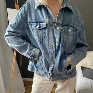 Oversize jeansjacka som är helt oanvänd, jättesnygg och passar till allt