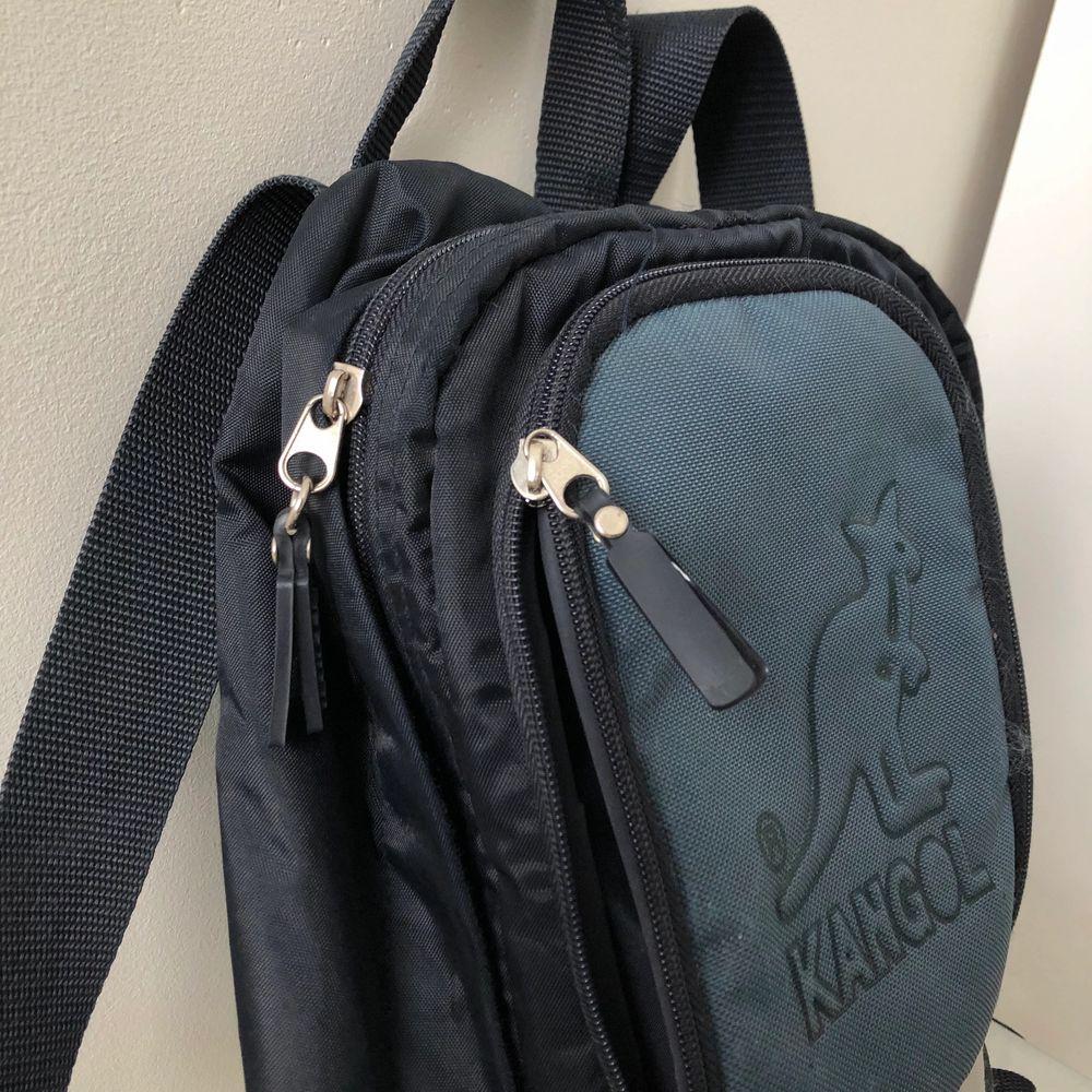 Säljer en liten Kangol ryggsäck, köpt second hand men den är i bra skick!👍🏻  (Färg, olika blåa + en grå rand) Lite frakt tillkommer! . Accessoarer.