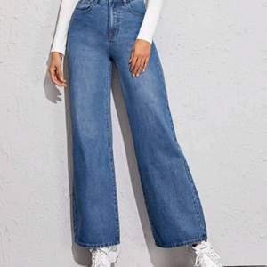 Baggy jeans som e i helt bra skick. Säljer eftersom de är för stora för mig. Jätte fina lite mörkare blå färg.