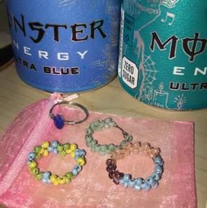 SMALL BUISNESS Ringar av glas pärlor och kopparsnöre. En rosa,lila,blå(bi flaga)       En grön , en med en blå kristal och en inspirerad av streamer Tubbos minecraft skin(gul, blå, grön).   15 styck och 2 för 25:)