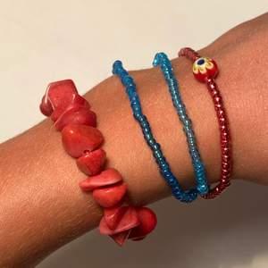 Säljer dessa handgjorda armbanden. Dom är gjorda med elastisktråd. Priset är olika men mellan 15-35 kr💞 det finns även andra färger på pärlorna ifall det skulle önskas! Skriv privat vid intresse. Köparen står för frakt💞
