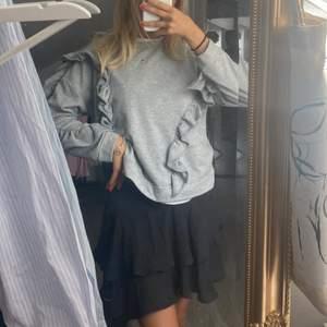 grå sweatshirt med volang från Zara, passar xs-s💗 jätte fint skick!