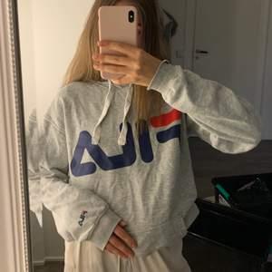 Grå Fila hoodie i storlek S. Sitter lite oversized och är verkligen superskön. Endast använd ett fåtal gånger så fortfarande i bra kvalitet!