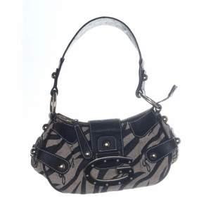 Intressekoll på min guess väska eftersom jag har flera liknande. Beige och svart i zebra mönster, rymlig och detaljer i skinn, flera fack på insidan❤️❤️ säljer bara om jag får bra bud då jag gillar den mycket