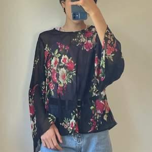 Super fin svart blommig blus från ONLY. Nästintill oanvänd och därav i mycket fint skick! Vikt: 100 g