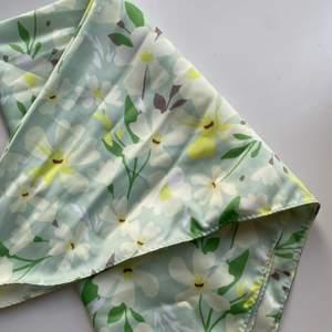 Grön blommig silkes sjal som jag använt i håret, är jätte fint men har alldeles för många✨