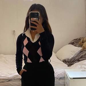 Vintage knitted sweatshirt med krage i storlek M💕 Stretchig material som gör att det passar även de som bär storlek S. Kan användas som både topp och klänning (min längd: 150).